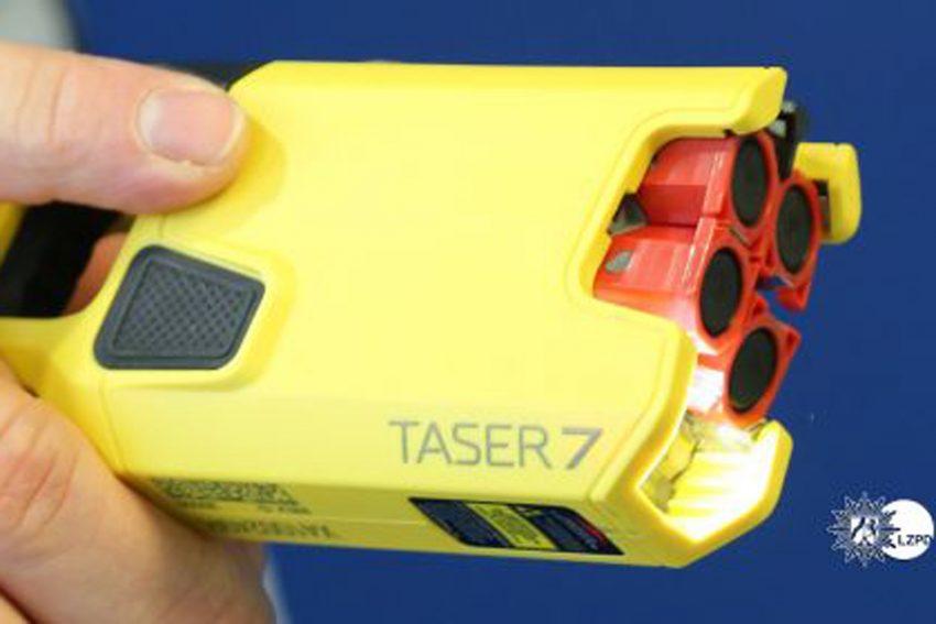 Taser X2 Gelb: Am Handgriff ist eine aufgesetzte Kamera zur Dokumentierung des Einsatzes.