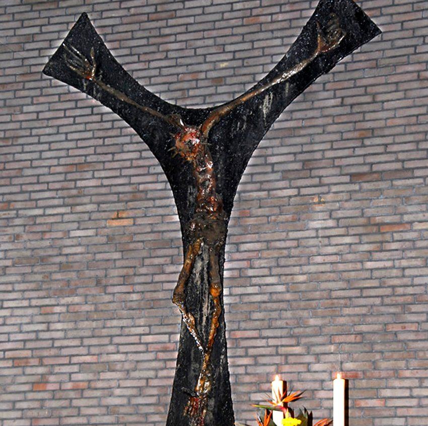 Das Altarkreuz von Heinrich Brockmeier in der Dreifaltigkeitskirche.
