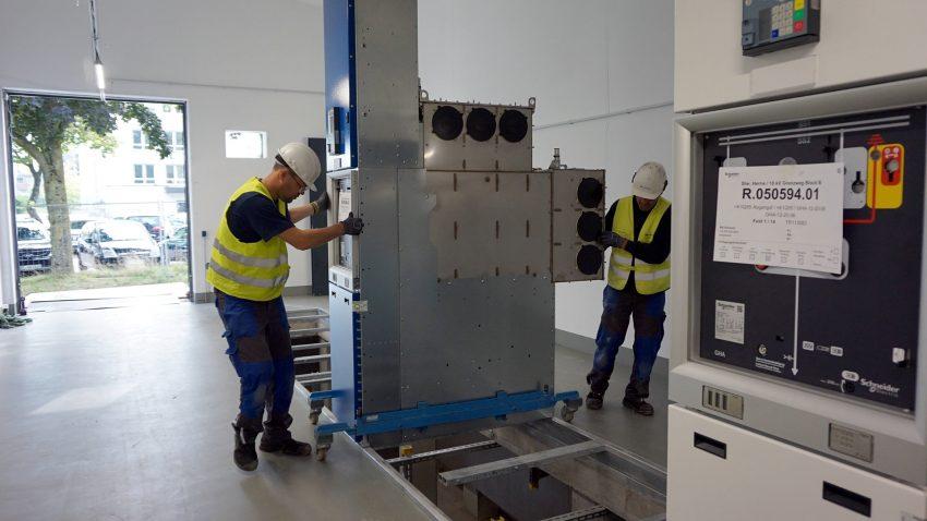 In der neuen Schaltanlage der Stadtwerke Herne am Grenzweg wurde jetzt mit dem Einbau der Schalttechnik begonnen.