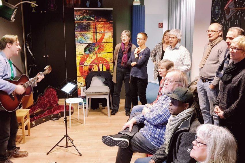Der Chor ohne Grenzen trifft sich jeden 2. Dienstag in Timos Musikschule.