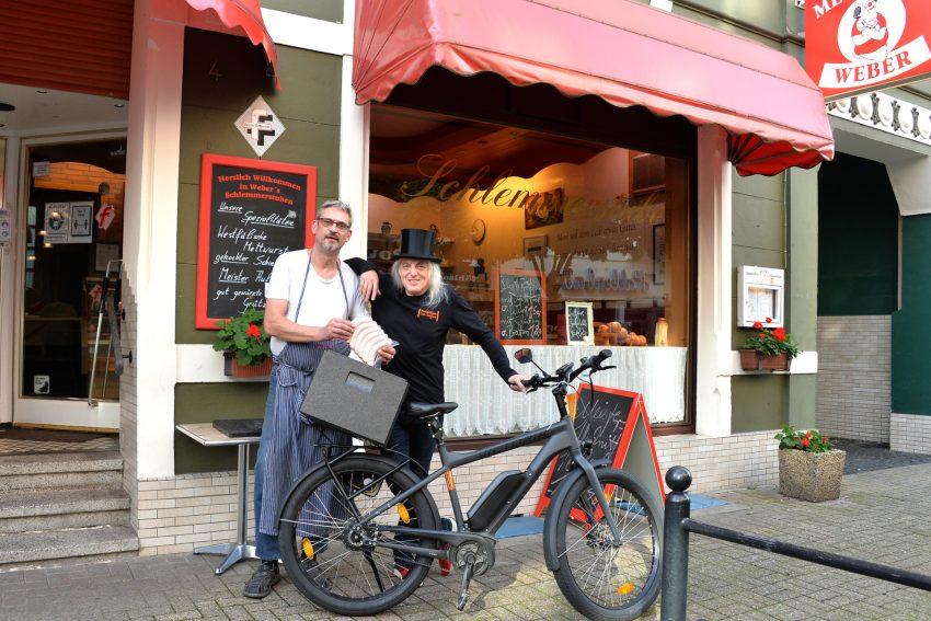 Fleischermeister Rainer Weber und bepackt die Kühltasche von Horst Schröder mit der neuen Fritzchenwurst.