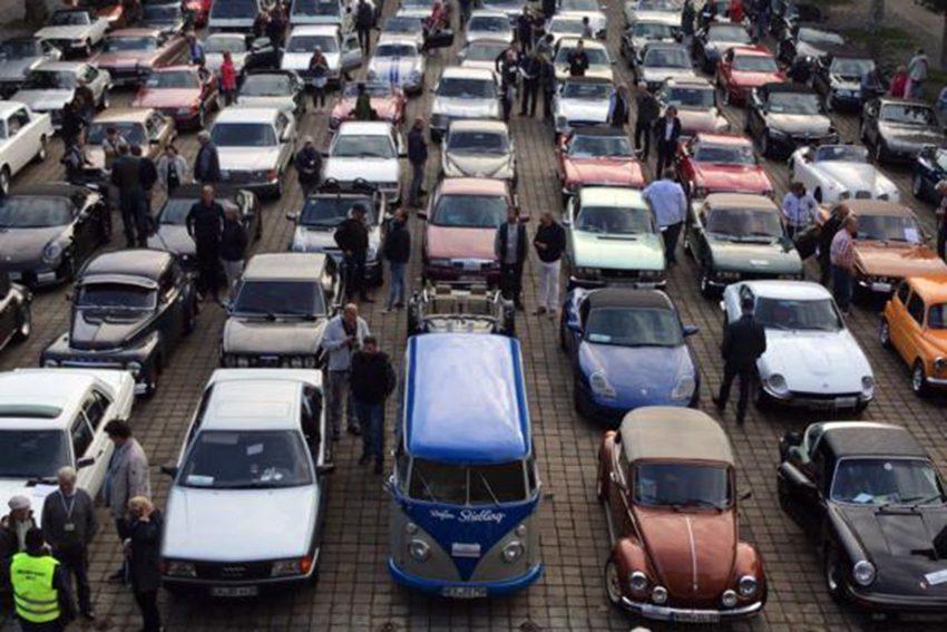 100 Oldtimer parkten auf dem Rathausplatz.