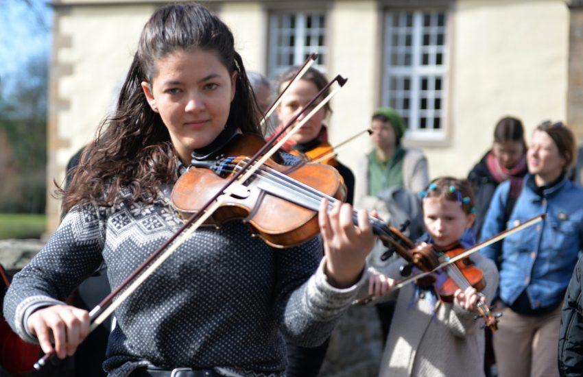 Linnea Zimmermann bei der Eröffnung der Sonderausstellung - It's Tea-Time - im Schloss Strünkede.