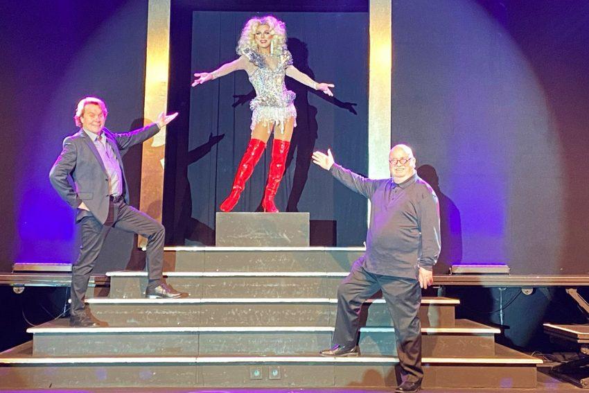 v.l. Show-Regisseur Ralf Kuta, Travestiestar Michelle und RevuePalast-Prinzipal Christian Stratmann.