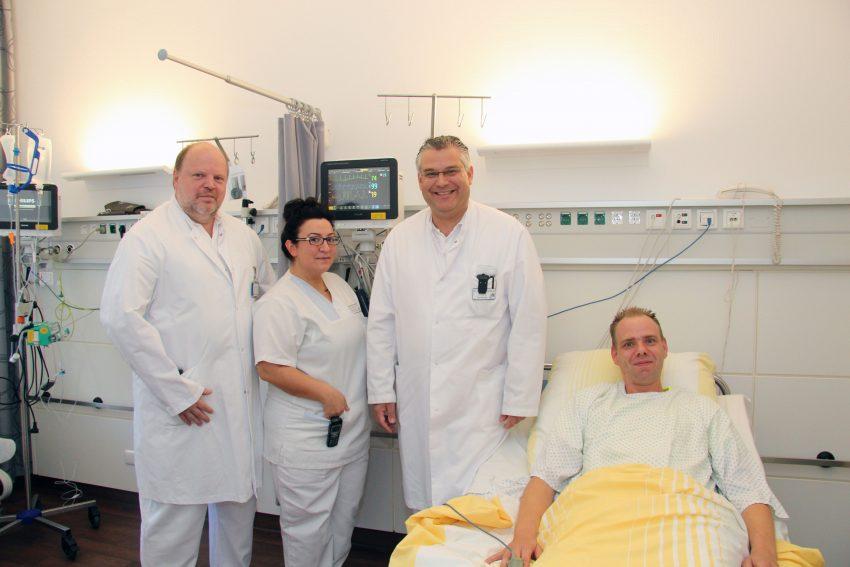 v.l.Chefarzt Dr. Ali Halboos (2.v.r.) mit Oberarzt Martin Simons und den Pflegekräften Gülsüm Tekin und Sven Falkenberg.