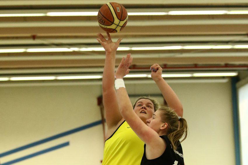 RBH-Damenspielerin Katharina Holtkamp (gelbes Trikot).