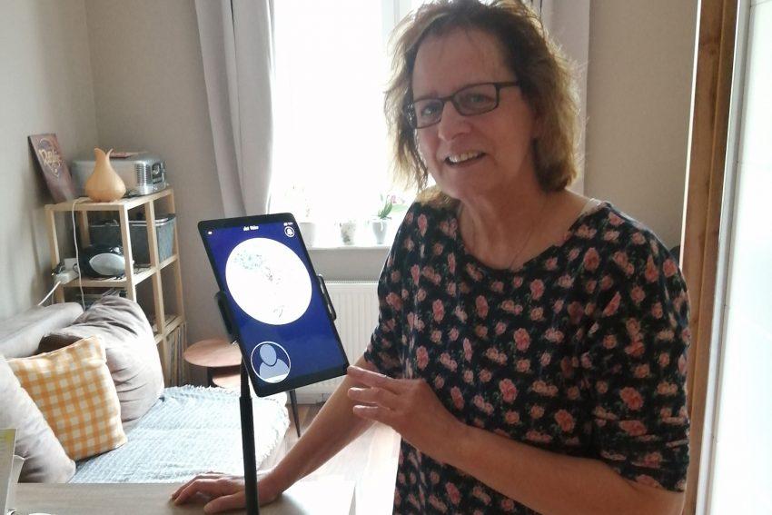 """Jutta Handel, Zeitschenkerin beim Hospizdienst, trainiert Patientenkommunikation mit dem neuen """"DatVideo""""-Tablet."""