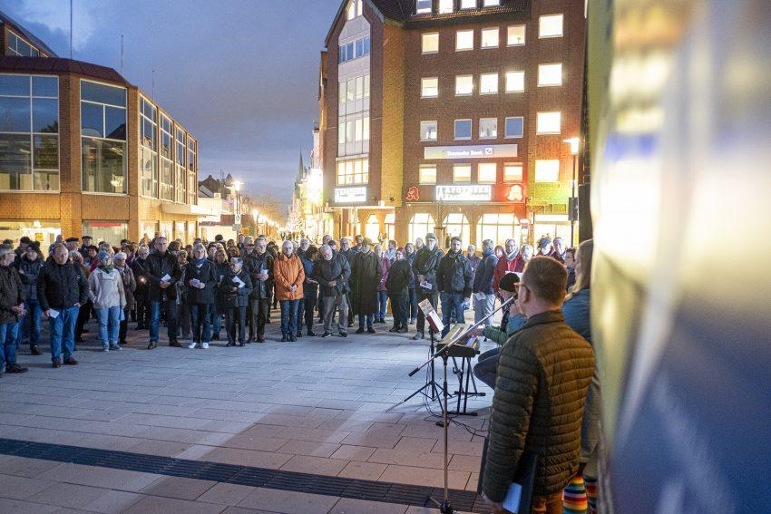 Protest gegen den Aufmarsch von Rechtsextremisten in Herne (NW), am Dienstag (05.11.2019). Im Bild: Teilnehmer des Open-Air Friedensgebetes an der Kreuzkirche.Foto: Stefan Kuhn
