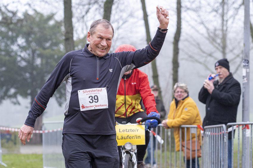 Der 42. Herner Silvesterlauf im Revierpark Gysenberg in Herne (NW), am Dienstag (31.12.2019). Im Bild: Hans Basinski (84), der zum 39. Mal an den Start ging.