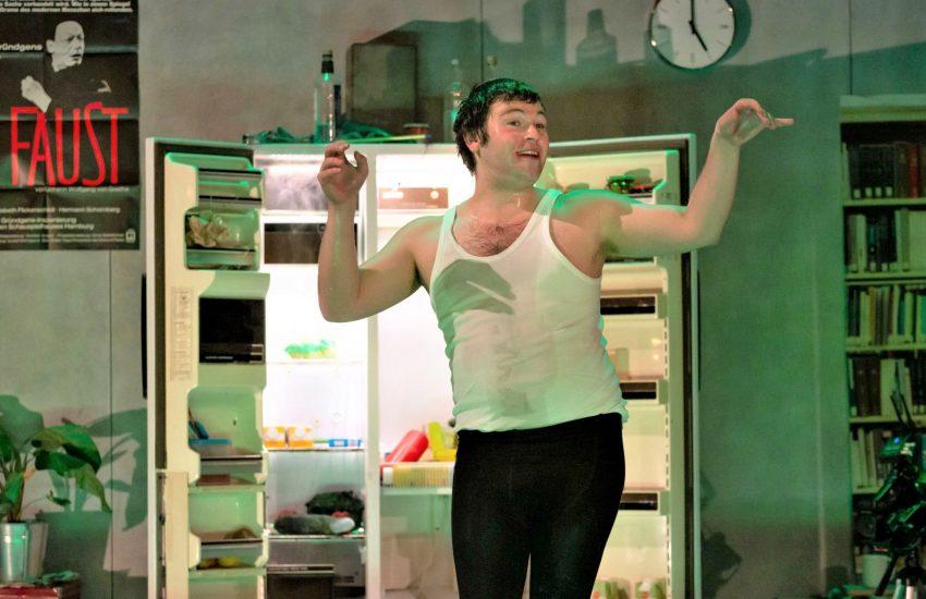 Der Schauspieler K (Dennis Bodenbinder) begegnet in Pandemie-Zeiten vor dem Kühlschrank nur sich selbst. 'Fünf gelöschte Nachrichten' - DAS Corona-Drama am Schauspiel Essen.
