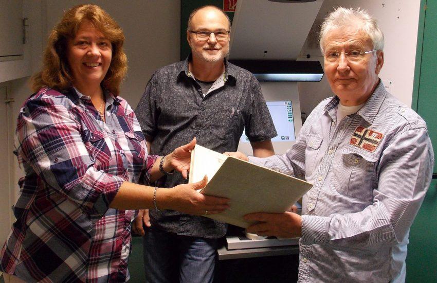 v.l. Martina Koch, Udo Schwuntek (Stadtarchiv) und Heimatforscher Gerd Körner bei der Übergabe des Fotoalbums.