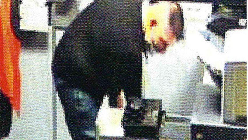 Die Polizei sucht zwei Männer nach einem Einbruch in ein Möbelhaus an der Bahnhofstraße.