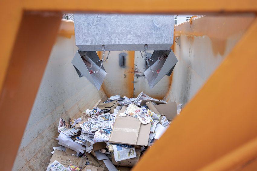Vorstellung des neuen Unterflur-Recyclingcontainers am Neumarkt in Herne (NW), am Mittwoch (12.12.2018). Entsorgung Herne hat im Stadtgebiet den ersten Container dieser Art aufgestellt. Es sollen weitere Unterflursysteme in anderen Stadtbezirken folgen. Die Anlage am Neumarkt nimmt Altpapier und Altglas auf und wird mit mit einem Spezialfahrzeug entleert. Dazu werden die 5 Kubikmeter fassenden Behälter mit einem Ladekran aus dem Boden gezogen und in eine aufgesattelte Absetzmulde entleert.