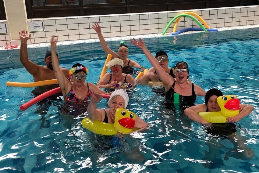 Jecke Schwimmer des SV Herne 14 bei der Aquagymnastik.