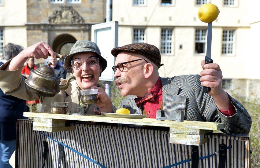 Lord und Lady Linvingstone bei der Eröffnung der Sonderausstellung - It's Tea-Time - im Schloss Strünkede.