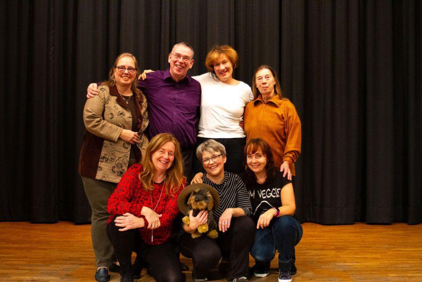 Theater im Volkshaus: oben v.l.: Martina Linke, Rainer Gießmann, Birgit Gießmann, Barbara Merz. unten: Rita Kaczor, Hilde Schmülling, Iris MllersRaschinski sowie der Theaterhund Hardi.