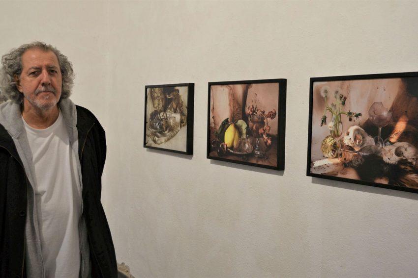 Evangelos Koukouwitakis hat eigene Gemälde aus den 1990er Jahren zum Hintergrund einiger seiner Stillleben genommen.