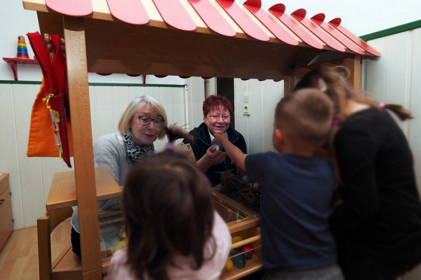 Kinder des Frauenhauses freuen sich über die Geldspende.