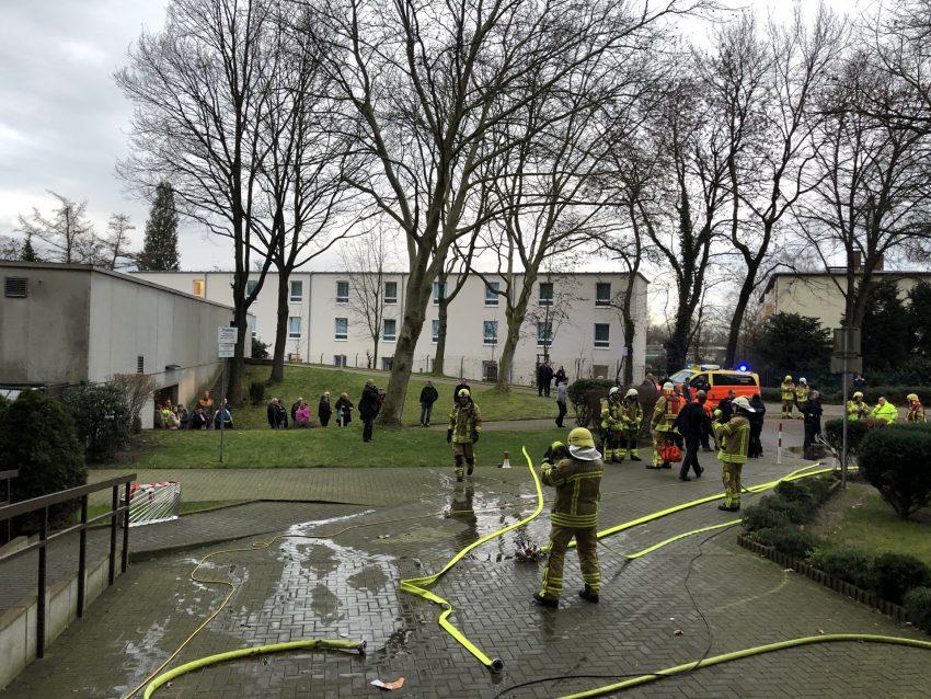 Kellerbrand in einem Hochhaus am Scharpwinkelring 14 in Herne (NW), am Mitwwoch (15.01.2020). Das 14-stöckige Gebäude wurde evakuiert, die Feuerwehr war mit einem Großaufgebot im Einsatz.