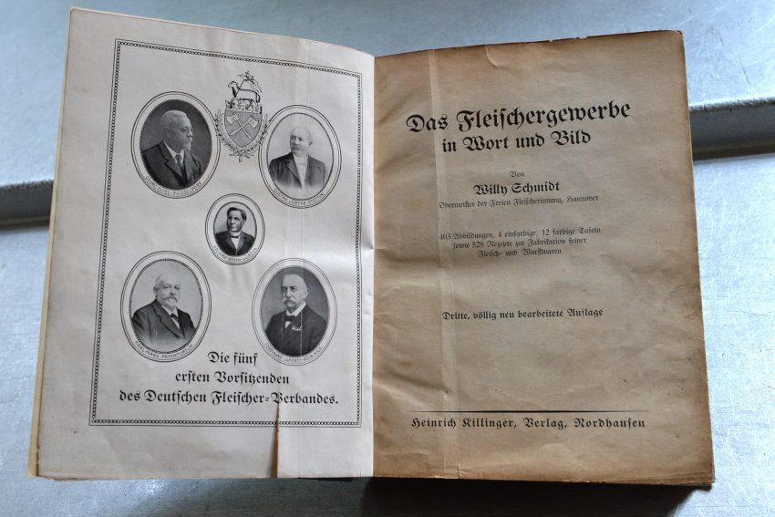 Die Traditions-Fleischerei Weber in der Heinestraße: Das Buch das Großvater zur Meisterprüfung erhielt.