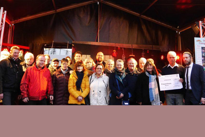 Vertreter der unterschiedlichsten Organisationen bei der Spendenübergabe des Herner Förderturms 2018.