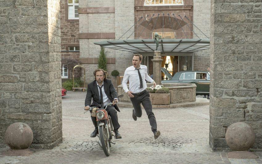 Bjarne Mädel und Lars Eidinger treffen im Roadmovie von Markus Goller als zwei entfremdete Brüder aufeinander, die mit dem Mofa quer durch Deutschland fahren.