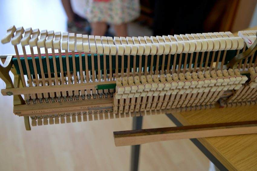 Die ausgebaute Klaviermechanik beim Klavierpuzzle.