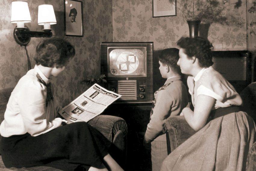 Sendestart: Am 25. Dezember 1952 startet der NDR sein tägliches Fernsehprogramm. Einen Tag später wurde das erste Fußballspiel der Geschichte übertragen zwischen dem FC St Pauli und Hamborn.