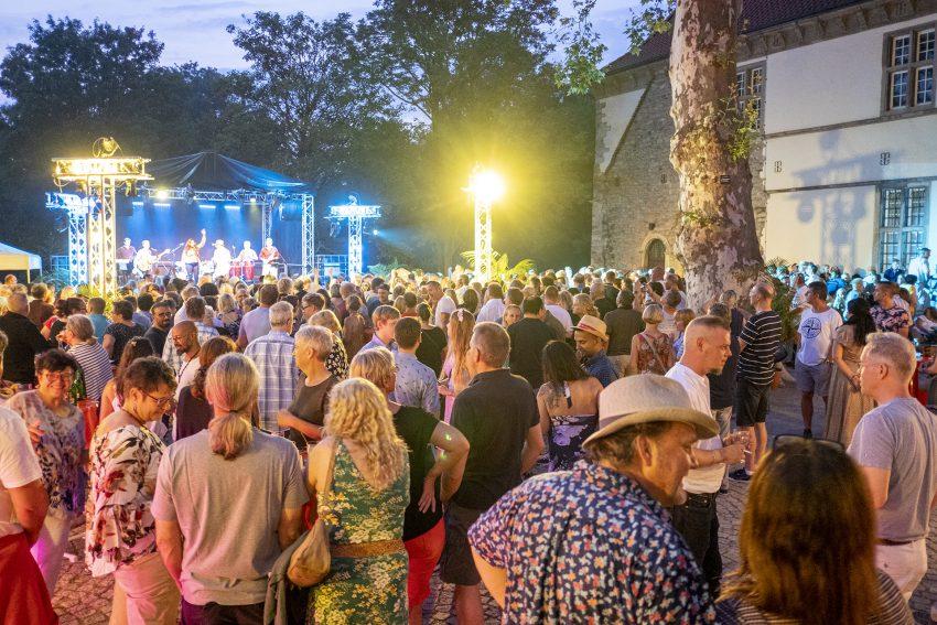 """Kubanische Nacht im Schlosshof Strünkede in Herne (NW), am Samstagabend (27.07.2019), mit der sechsköpfigen Berliner Salsaband """"Mi Solar""""."""