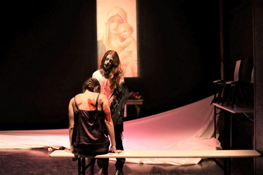 """Kitschige Madonna überm Erntedank-Altar: Nele Sommer als Gretchen und Laura Thomas als Marthe Schwerdtlein komplettieren das großartige """"Faust""""-Ensemble am PRT."""
