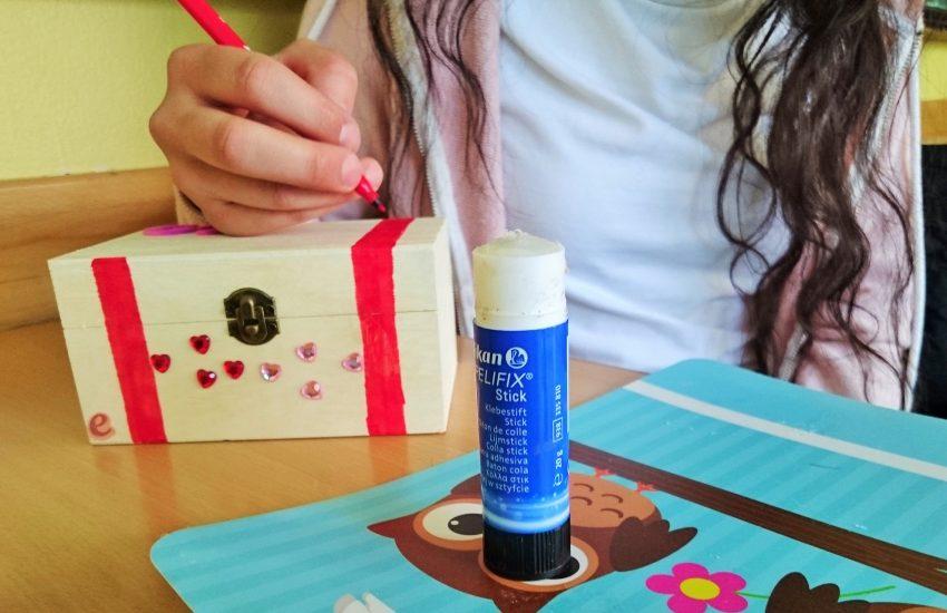 Die Mädchen basteln eine Schatzkiste während des Präventionsprojektes.