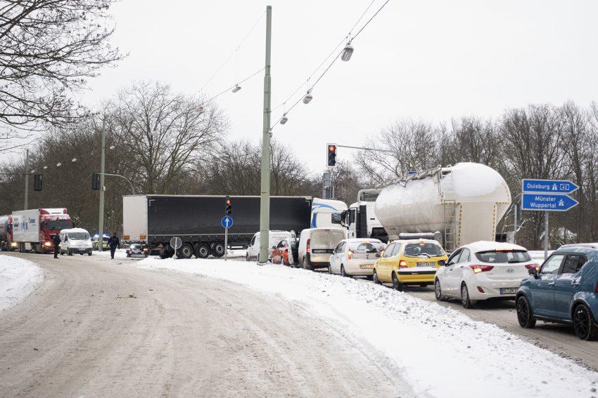Ein Lkw blockiert die Auffahrt Baukau auf die Autobahn A42, Fahrtrichtung Duisburg, in Herne, am Montag (08.02.2021). Es kam zu einem Rückstau auf dem Westring. Witterungsbedingt blieben am Montag zahlreiche Lkw in den Aus- und Auffahrten auf schneeglatter Fahrbahn liegen.