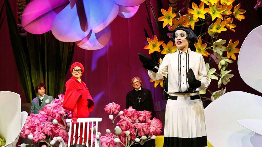 Theaterstück Bunbury im Grillo Theater, Nach dem Corona-Lockdown kann es nicht bunt genug zugehen: (v.li.) Dennis Bodenbinder, Ines Krug, Sven Seeburg und Janina Sachau.