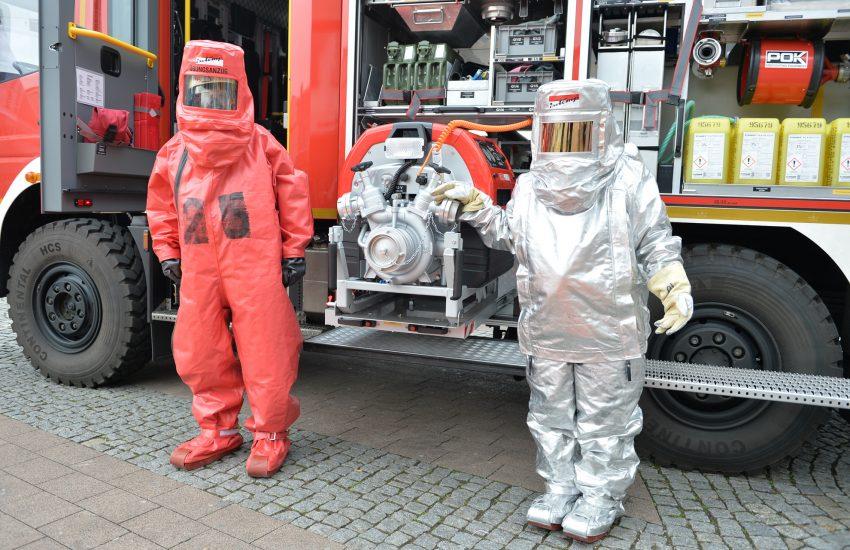 v.l. Chemikalien-Schutzanzug und Hitze-Schutzanzug.