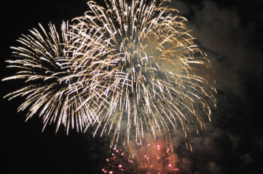 Mit Raketen und Böllern das neue Jahr begrüßen.