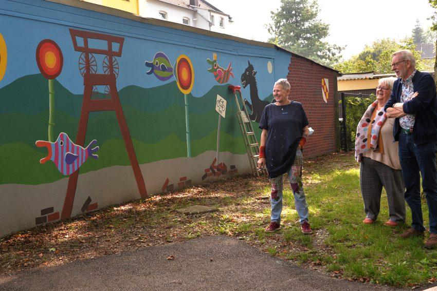 Wandgestaltung am neuen Verkehrsübungsplatz durch die Künstlerin Cara Lila Bauer.