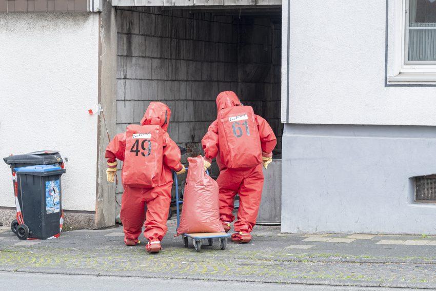 Gefahrstoffeinsatz der Berufsfeuerwehr in einem Wohnhaus an der Bielefelder Straße / Ecke Horststraße in Herne (NW), am Montag (27.05.2019).Ein Behältnis mit Bromwasserstoffsäure war in der Hofeinfahrt entdeckt worden. Die ätzende Chemikalie wurde von einem Angriffstrupp unter Chemikalienschutzanzug gesichert.