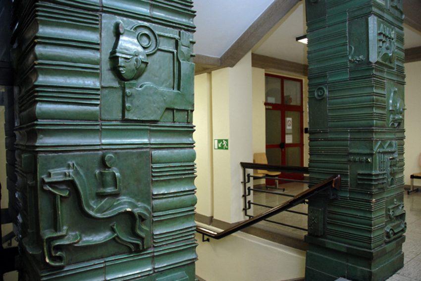 Keramikplatten im Treppenhaus des Herner Polizeigebäudes.