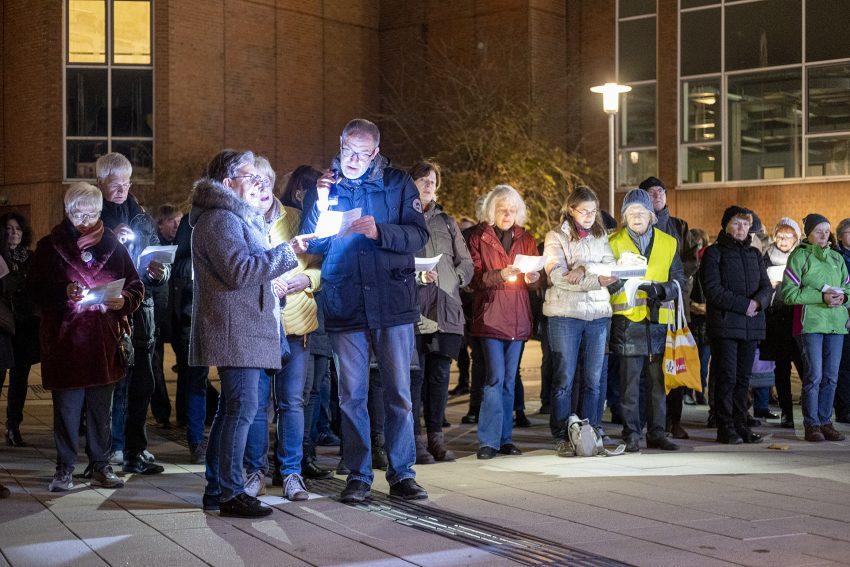 Protest gegen den erneuten Aufmarsch von Rechtsextremen in Herne (NW), am Dienstagabend (26.11.2019). Foto: Stefan Kuhn