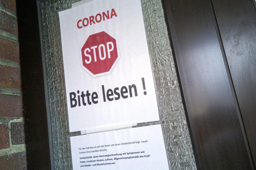 Covid-19: Warnhinweis für Patienten an einer Arztpraxis in Herne (NW), am Mittwoch (11.03.2020). Ärztinnen und Ärzte wollen verhindern, dass Patienten mit einem Coronavirus-Verdacht unangemeldet in die Praxis kommen und so andere Patienten und das medizinische Team infizieren.