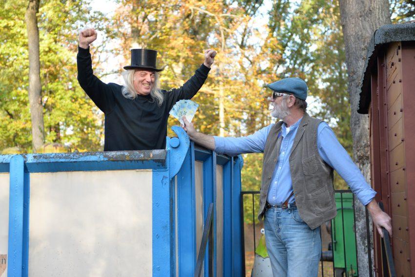 Der Horst und der Jörg. Der Jörg Spendet 100 Euro und der Horst freut sich. Lippmeyer spendet 100 Euro für die Restauration der Eiskugel. Horst Schröder freut sich.
