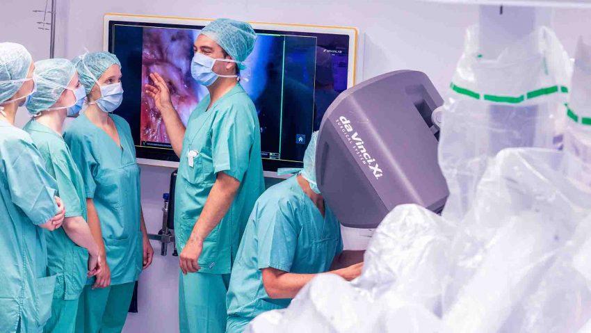 Per Liveübertragung können Studenten ab dem Wintersemester 2021/22 Operationen nicht nur über Bildschirme im OP-Saal, wie hier bei einer Operation mit dem Operationsroboter, sondern auch von zuhause aus verfolgen.