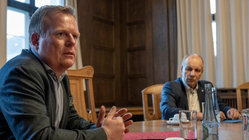 Andreas Merkendorf, Fachbereichsleiter für Schulen der Stadt, und Karsten Krüger, Chef der HCR, informieren über den Start der entzerrten Schulstartstaffelungen.