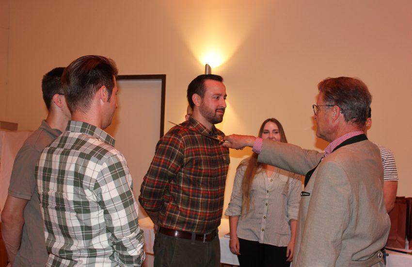 Jan Patzen erhält den Jägerschlag von Bernhard Bruns (Ehrenvorsitzender der KJS) umringt von Patrick Batzdorff, Hans-Ulrich Schubeus und Michelle Müller.