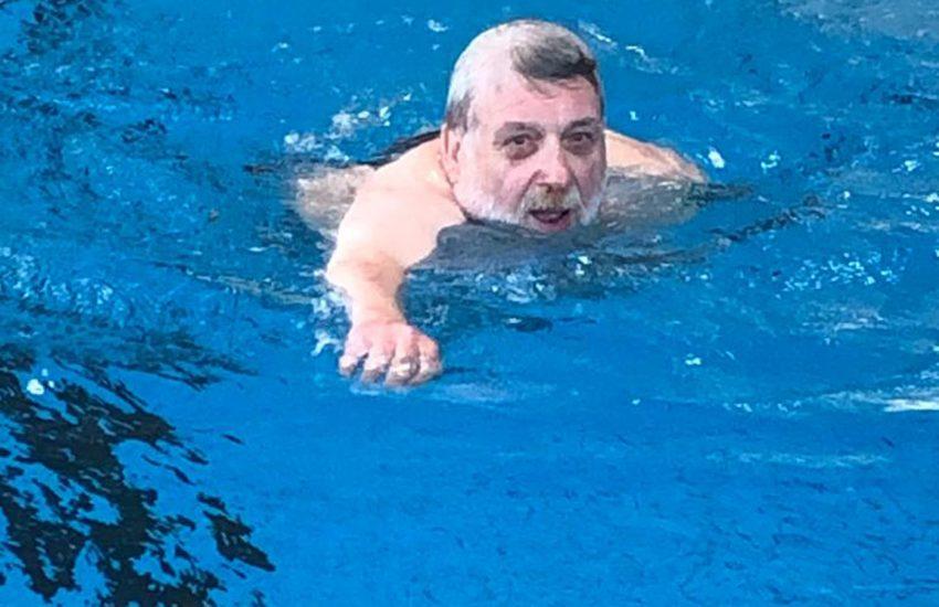 Der Aufsichtsratvorsitzende Erich Leichner testet die Wasserqualität im Wananas.