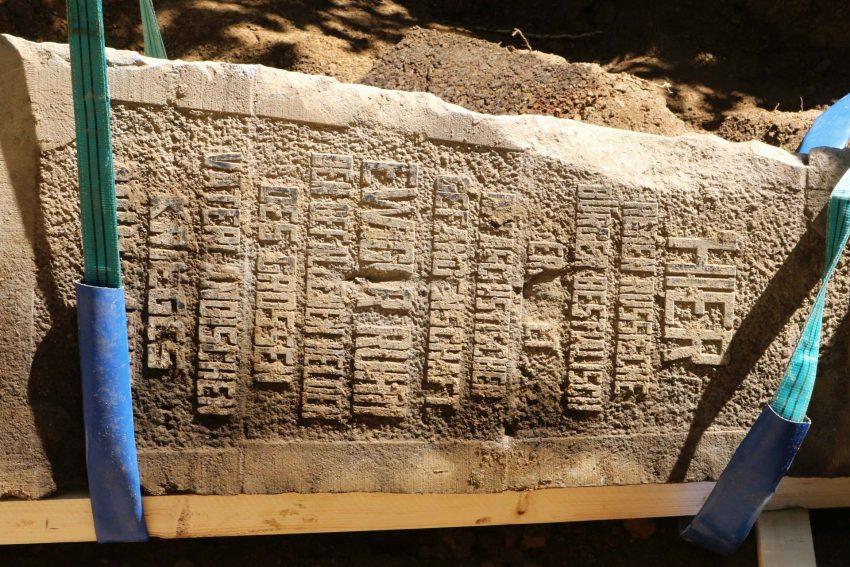 Der Obelisk wurde im Frühjahr 2019 von LWL-Archäologen ausgegraben. Er erinnert als Mahnmal an die NS-Kriegsverbrechen in Warstein und wird Thema in der Herner Sonderausstellung zur Archäologie der Moderne sein.