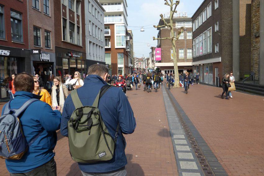 Harmonisches Miteinander von Fußgängern und Fahrradfahrern auf den Einkaufsstraßen Nimwegen.