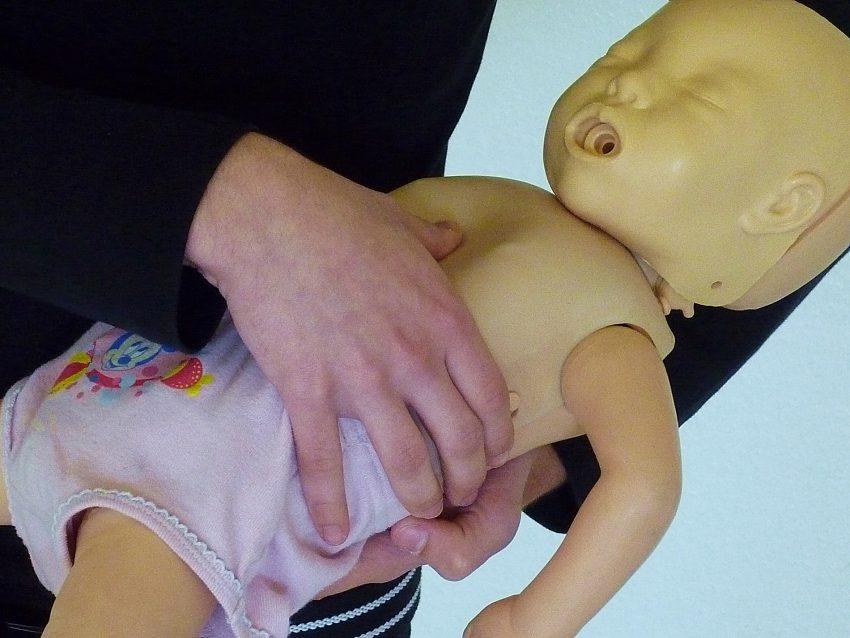 Übungen an Kinder-Puppen