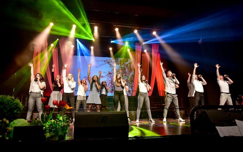 Das Gospelprojekt-Ruhr und der Ballettschule GuiDance bieten ein kunterbuntes Programm.