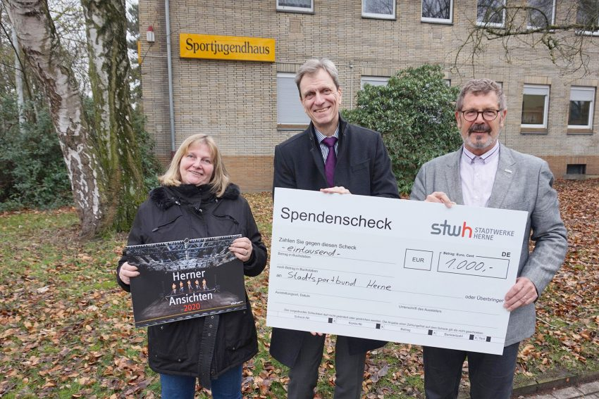 Stadtwerke Herne spendet im Februar 2020 1.000 Euro an das Sportjugendhaus. v.l. Silvia Jedamzik, Geschäftsführerin der Sportjugend, Stadtwerke-Vorstand Ulrich Koch und Hans Peter Karpinski .